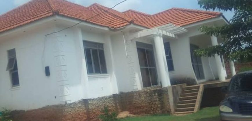 House on sale @350m in Kitende Entebbe road with 3bedrooms 2bathrooms on plot side of 25decomals with a private mailo land title and approved house plan