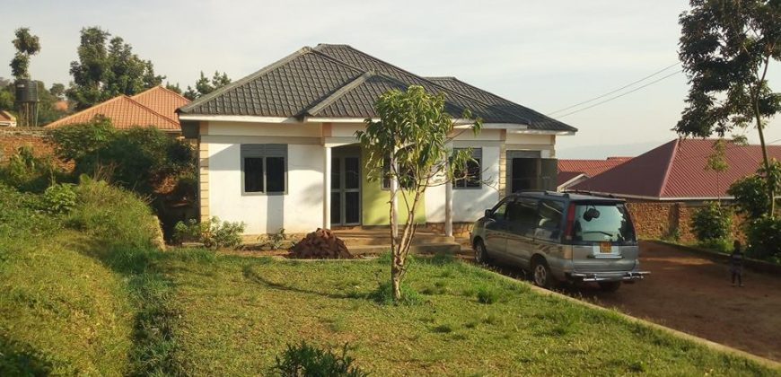 3bedroom 2bathroom house on sale @140m in Nalumunye along entebbe road seated on 12decimals with a private mailo land title